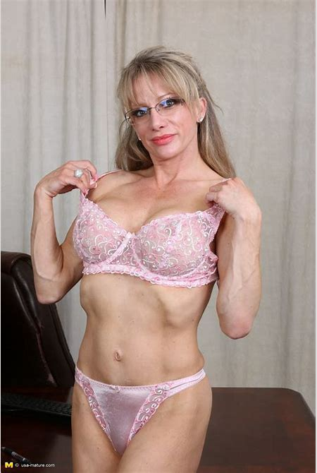 She is a very beautiful MILF that loves to show her fitness body and beautiful tight ass.