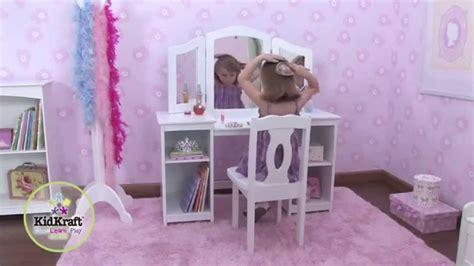 grande coiffeuse blanche et chaise