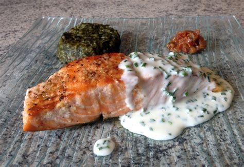 cuisiner pavé de saumon poele recette de pavé de saumon grillé à la crème de ciboulette