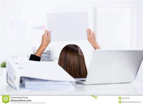 reliure bureau femme d 39 affaires holding blank paper avec la reliure et