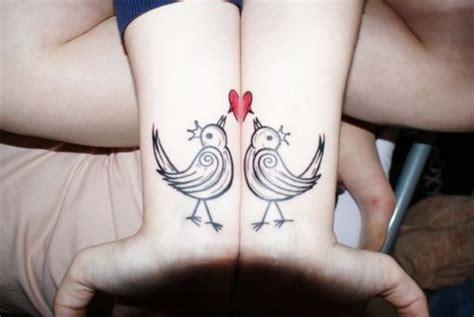 Modele Tatouages 2 Poignets Reunis Formant Un Coeur Avec 2
