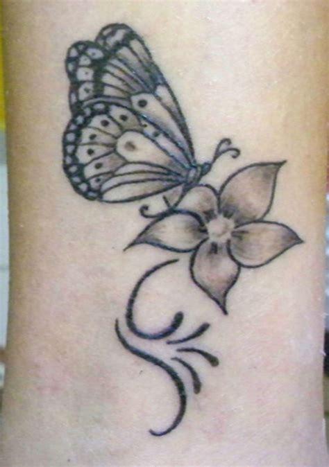 tatuaggio farfalla con fiore tatuaggi con farfalle e fiori i pi 249 bei disegni foto