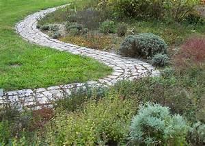 Wege Im Garten Anlegen : geschwungener pfad am rand einer staudenrabatte ~ Buech-reservation.com Haus und Dekorationen