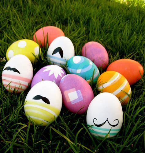 deco de paques exterieur oh what mustache eggs