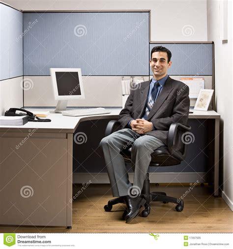 dans le bureau homme d 39 affaires s 39 asseyant au bureau dans le compartiment