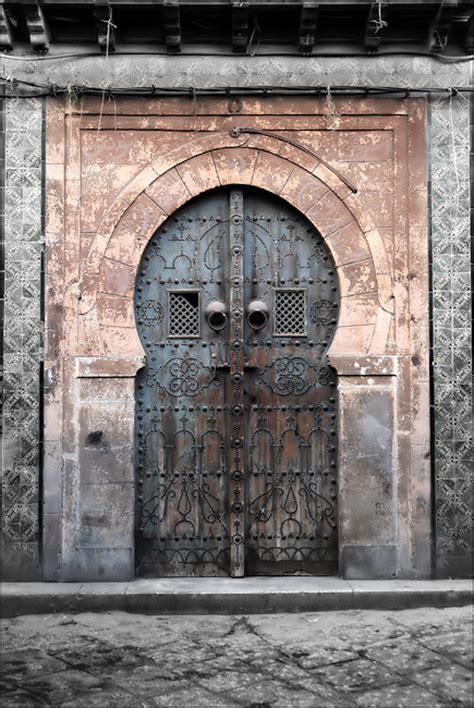 vieille porte au coeur de la m 233 dina de tunis