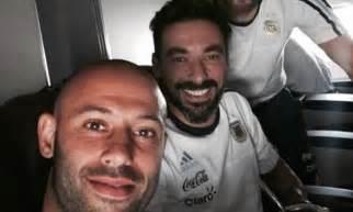 lionel messi poses  selfie  javier mascherano