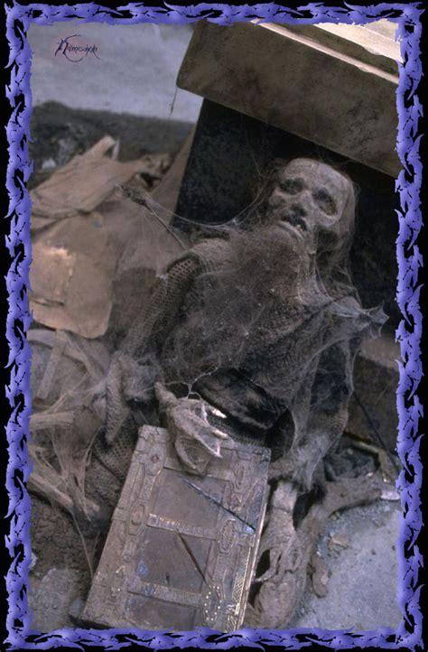 el esqueleto de un enano en moria con un libro e