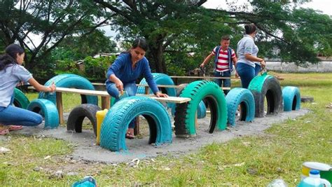 buscan voluntarios para construir un parque con llantas recicladas