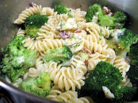 cuisiner les brocolis recettes fusilli aux brocolis et au roquefort cuisine émois