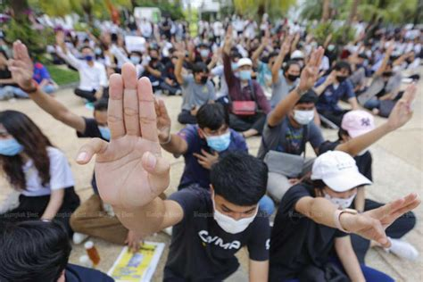Supporters, opponents of government rally in Bangkok