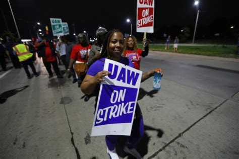 uaw official gms offer   late  avoid strike