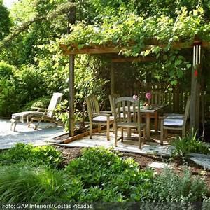 naturlicher garten mit uberdachter sitzecke garten With französischer balkon mit garten pergola holz
