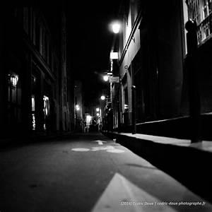 Planisphère Noir Et Blanc : suivre la fl che dessin e au sol dans cette rue sombre de paris la nuit ~ Melissatoandfro.com Idées de Décoration
