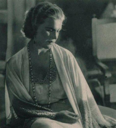 Aktrise Annija Simsone. Fotogrāfijas skenējums no žurnāla «Daile» | Painting, Art