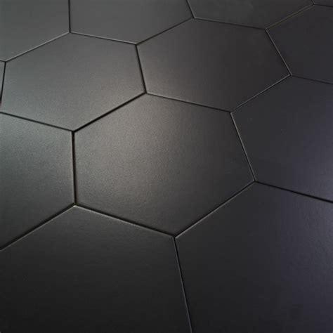 accessoire de cuisine design carrelage hexagonal noir basique sol et mur parquet