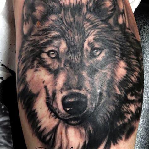 photo de tatouage loup r 233 aliste tatouage d un portrait de loup r 233 aliste en noir et gris d apr 232 s