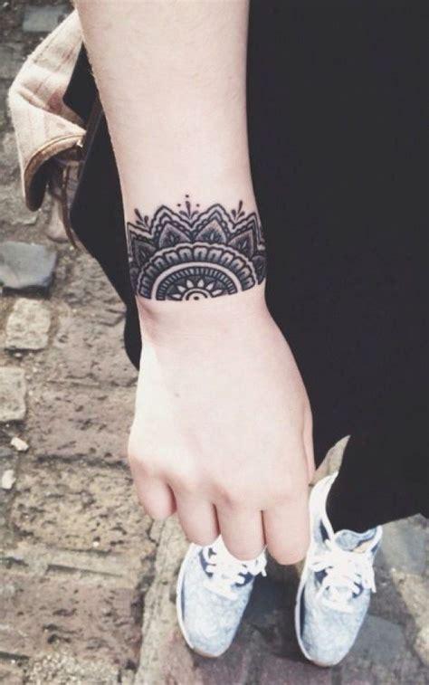 tatouage mandala du poignet effet dentelle mode femme tatouages mandala le