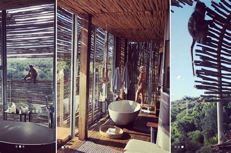 donna nuda sotto la doccia la foto di wanda nuda sotto la doccia il safari bollente