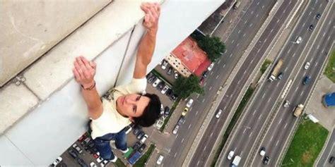 Rasa Takut Saat Hamil Demi Fotografi Pria Ini Rela Bergelantungan Di Atas Atap