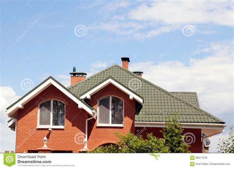 le toit vert de la maison avec la fen 234 tre et le bleu