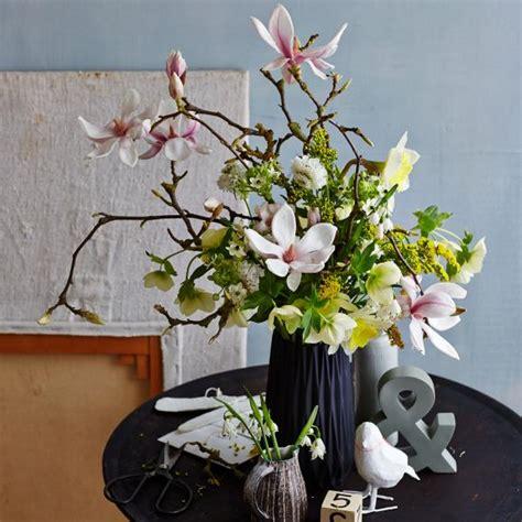 blumenstrauss mit magnolien und narzissen living  home