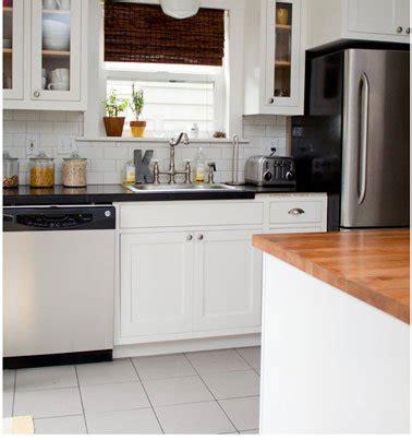 cuisine grise et blanc plan de travail noir et carrelage m 233 tro