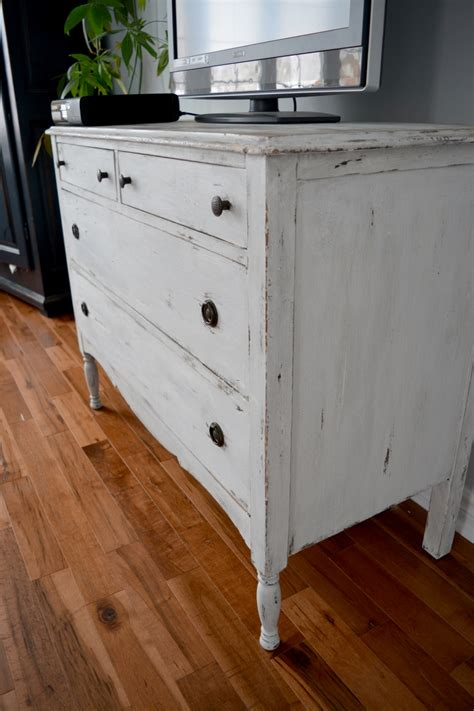 commode chambre blanche shabby chic distressed dresser white beige and wood