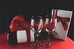 Schachtel Für Fotos : weingl ser mit einem herz in einem geschenk und eine schachtel pralinen download der ~ Orissabook.com Haus und Dekorationen