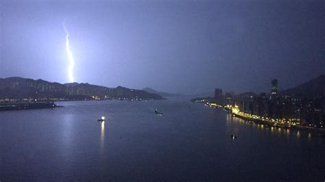 See what 思雨 黃 (kkii12356) has discovered on pinterest, the world's biggest collection of ideas. 深夜黃雨兩小時 5000次閃電閃不停 香港01 社會新聞