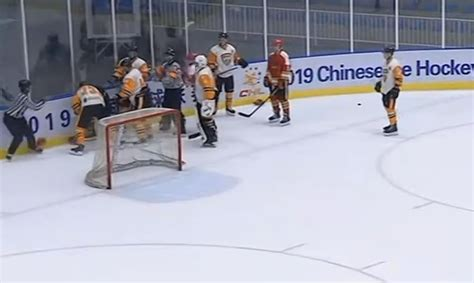 Video: Iespaidīgs kautiņš KHL pārbaudes spēlē - Hokejs ...