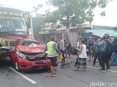 kecelakaan beruntun libatkan  kendaraan  jombang