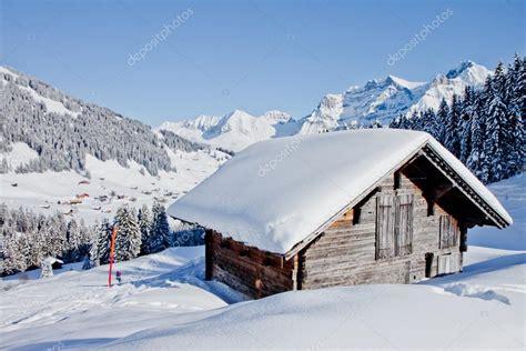 chalet recouvert de neige dans les alpes suisses photographie gevision 169 20999673