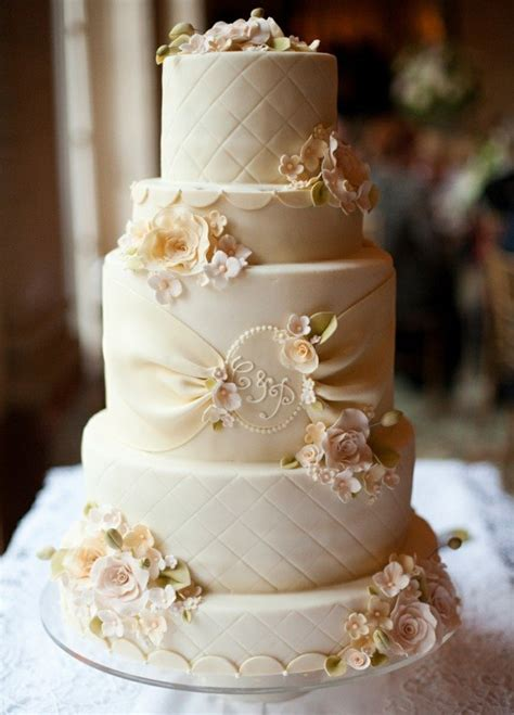 gateau de mariage original en  idees de decoration florale