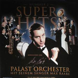 Palast Orchester mit seinem Sänger Max Raabe